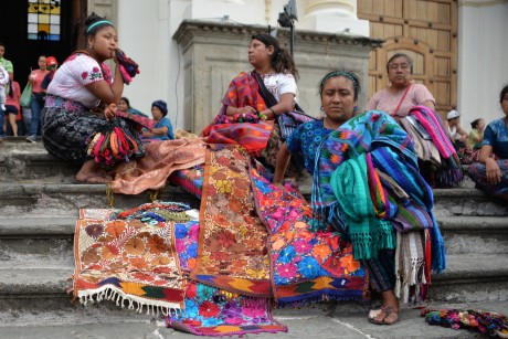 Algunas vendedoras informales venden artículos a las afueras de una iglesia en Antigua Guatemala (Fotografía: Atribución Creative Commons 2.0 Genérica de David Amsler de https://www.flickr.com/photos/amslerpix/17021907792/).